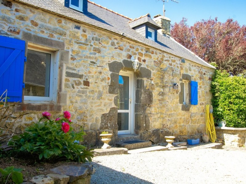 Old stone house near beaches between Crozon and camaret, holiday rental in Crozon