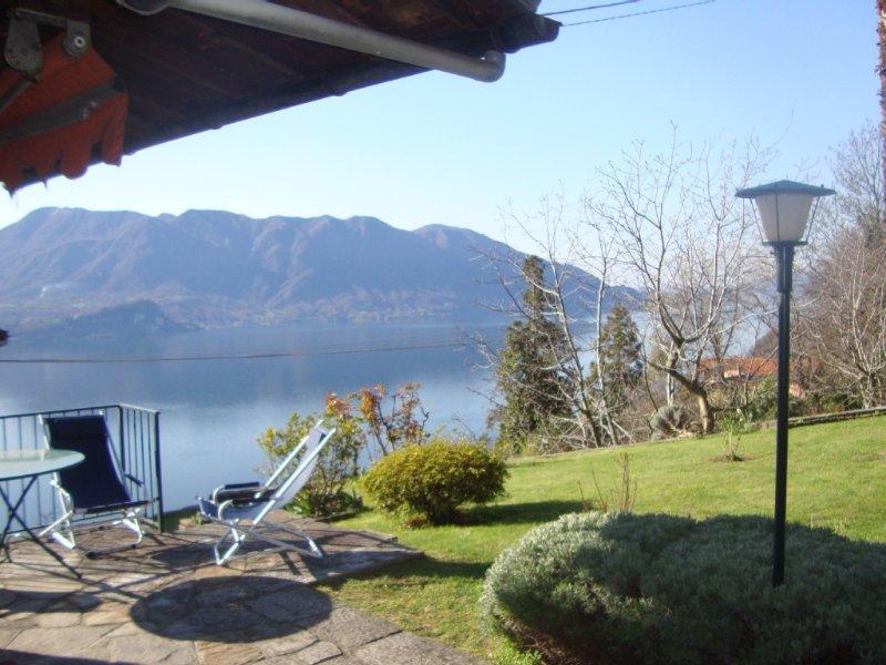 Vue sur le lac majeur, Maison en pierre avec jardin privé vue imprenable, holiday rental in Aurano