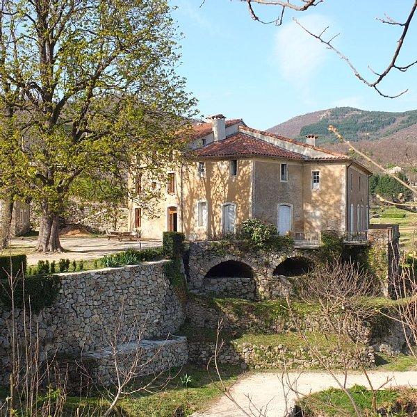 Gite 8 personnes entièrement rénové dans un mas ancien, holiday rental in Valleraugue