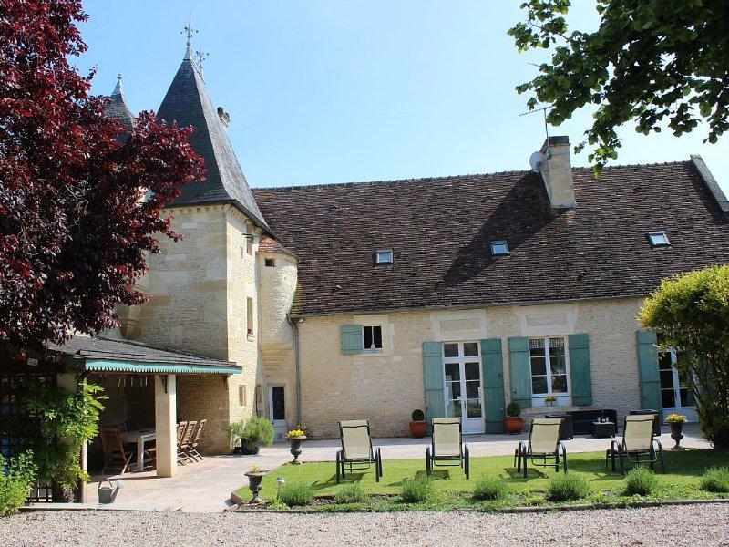 Beau manoir de caractère, 5 chambres, 10/12 pers, grand jardin. Soyez chez vous!, holiday rental in Fresne-la-Mere