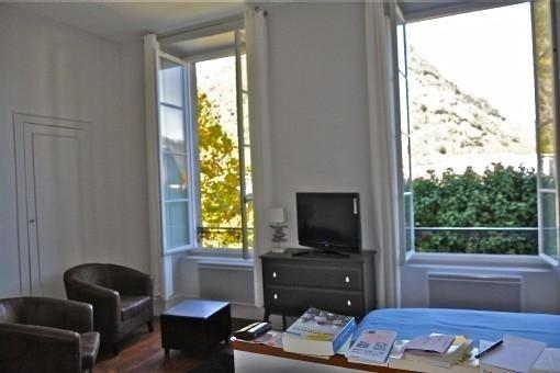 Magnifique studio, plein centre, 400m téléporté et thermes, wifi, prix pour cure, holiday rental in Bagneres-de-Luchon