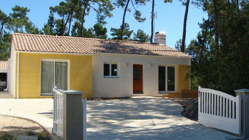 Maison des Mûres, grande maison, terrasse ensoleillée, terrain clos., vacation rental in Saint-Jean-de-Monts