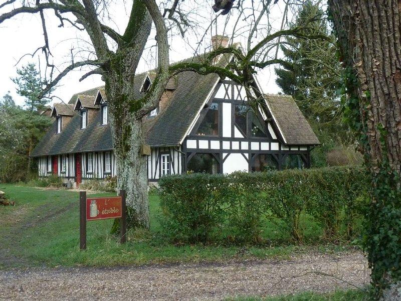 Cottage normand d'exception spacieux pour vous seuls dans un grand parc arboré, location de vacances à Poses