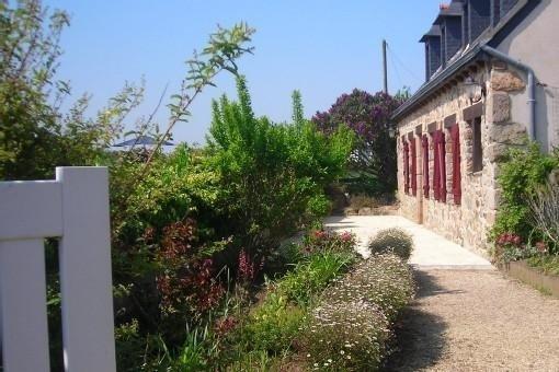 promo:sem 38/39     Maison/Veranda lumineuse, 900m  mer,Chamb RDC. cour fermée ., casa vacanza a Pleubian