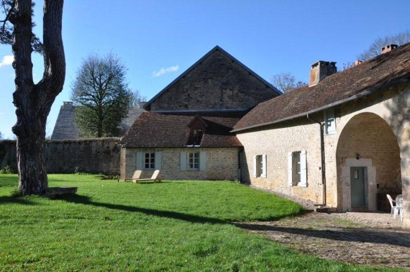 Cottage in the castle park, close to lakes, hiking, skiing, casa vacanza a Dompierre-sur-Mont
