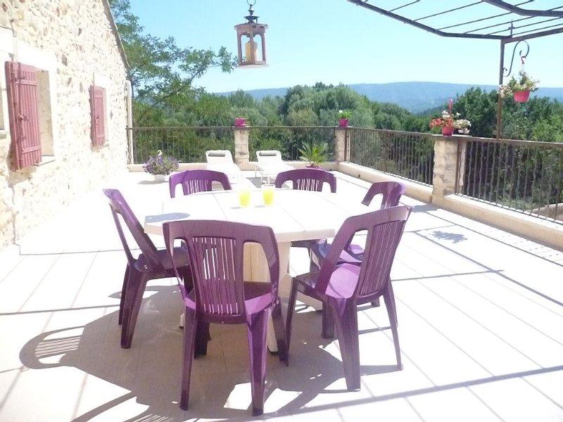 Maison à Roussillon avec jardin et terrasse, calme et vue sur le Lubéron, holiday rental in Roussillon