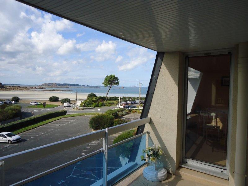 Appartement vue mer, à 50m plage Trestel, Côte de Granit Rose,22, location de vacances à Perros-Guirec