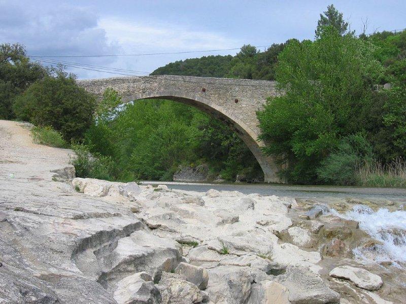 A 4 km Pont  Romain qui enjambe l' Ouvèze où il fait bon se rafraîchir l'été!..