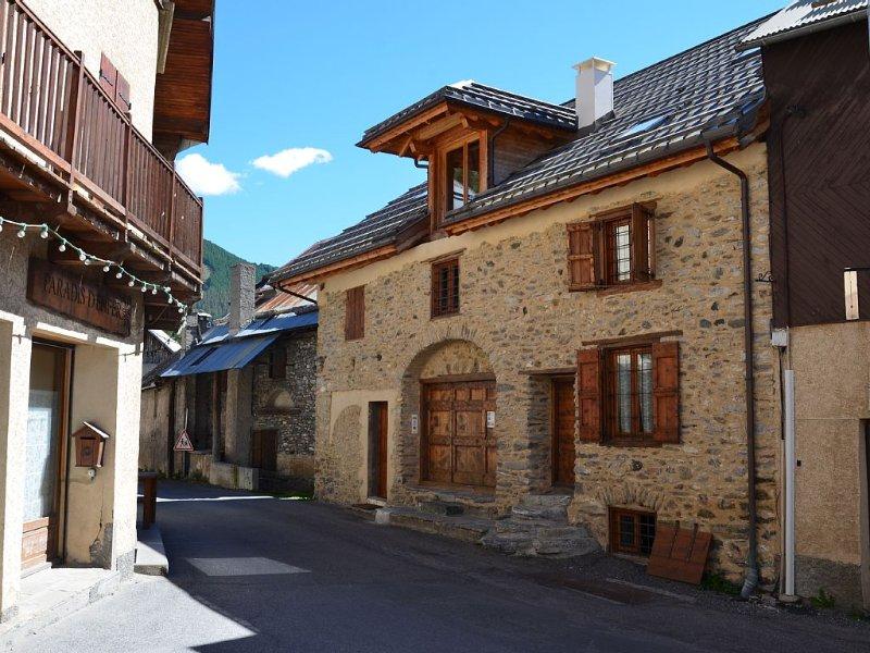 Appartement de caractère,  vue sur  montagnes, dans maison fermière XIX° rénov, location de vacances à Molines-en-Queyras