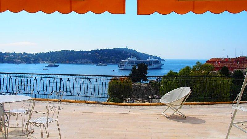 Appartement de charme avec vue splendide dominant la rade de Villefranche s/mer, holiday rental in Villefranche-sur-Mer