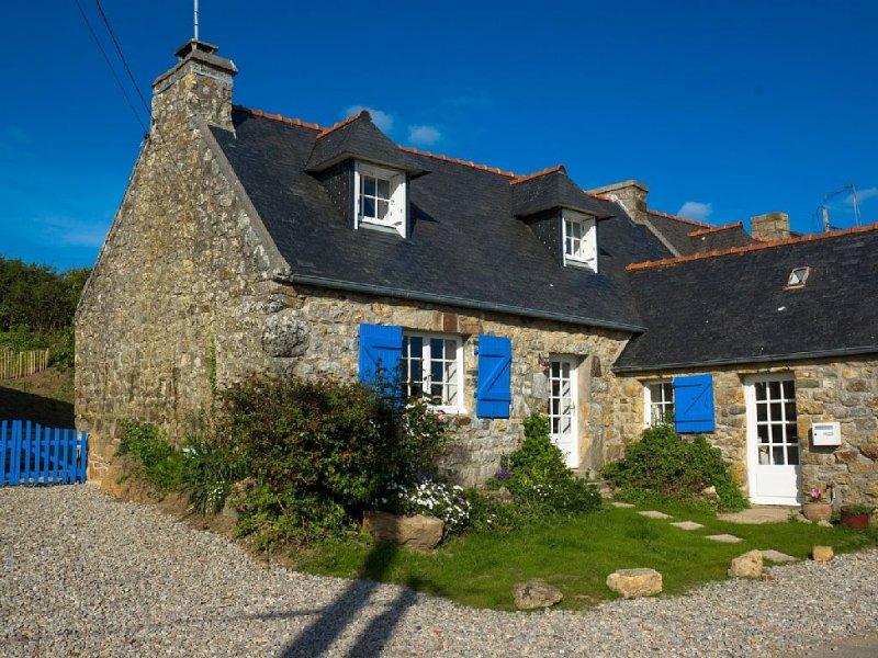 Maison ancienne proche plages entre Crozon Camaret Wifi jardin clos vue mer, holiday rental in Crozon