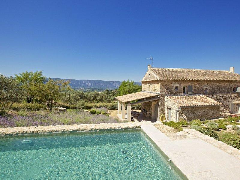 Maison de hameau avec piscine, au calme avec vue, proche de Gordes, holiday rental in Beaumettes