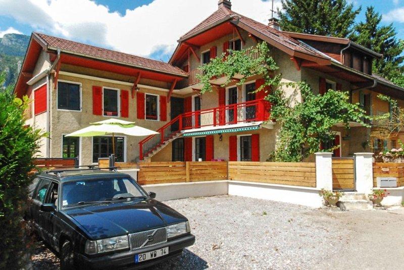 Magnifique maison savoyarde au bord du lac d'Annecy à 2 minutes de la plage, holiday rental in Doussard