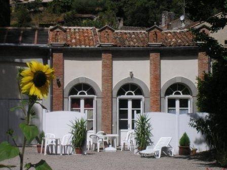 Appartement de plain pied sur le parc dans la filature familiale ( I.M.H.), location de vacances à La Cadière-et-Cambo