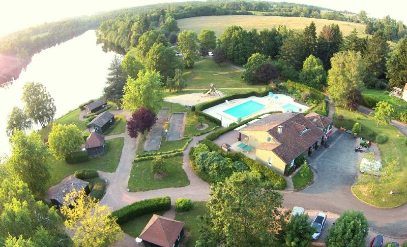 CHALET EN BORDURE DE LAC, PERIGORD VERT, piscine, idéal calme et repos., casa vacanza a Saint-Saud-Lacoussiere