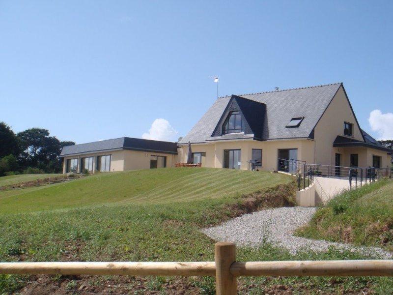 Villa avec piscine à l'entrée de la presqu'île de Crozon, holiday rental in Landevennec