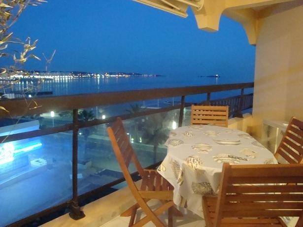 4 pers, en front de mer , vue mer ,  plage  à 20 m, parking , terrasse, location de vacances à Fréjus