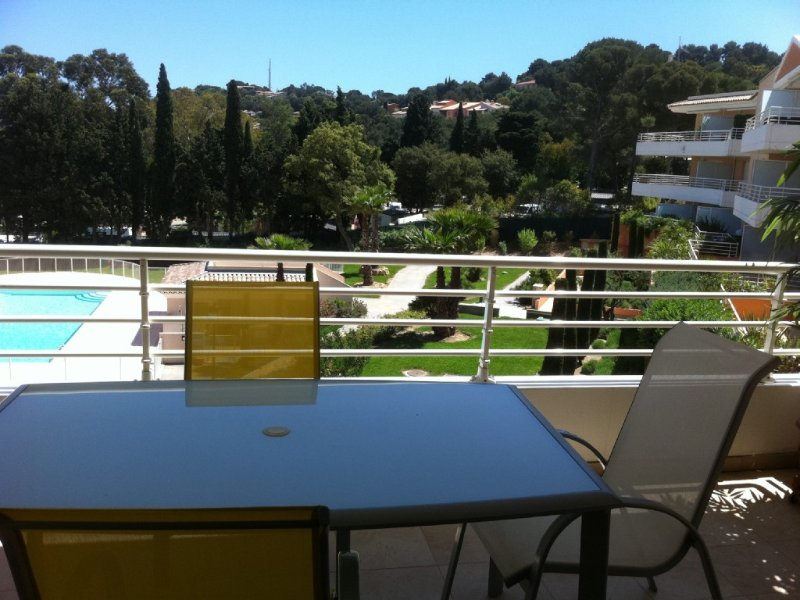 Bel appartement à la situation exceptionnelle au calme près du port avec piscine, holiday rental in Var