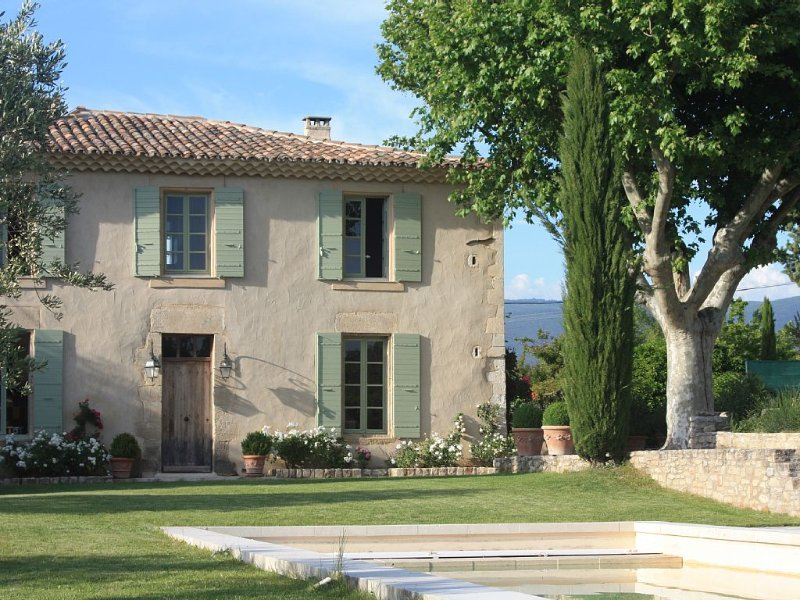 très belle bastide élégamment restaurée, dans sa propriété au coeur du Luberon, holiday rental in Villars en Luberon