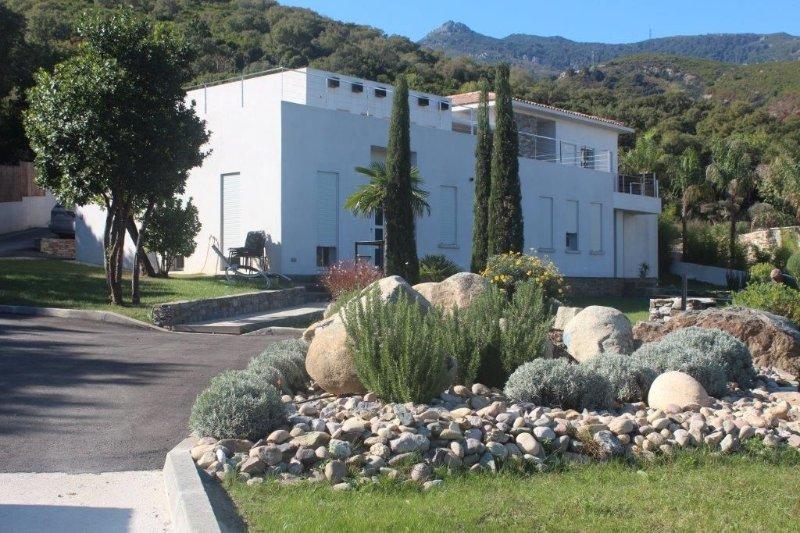 VILLA  T2 AVEC JARDIN VUE MER  DANS BELLE PROPIETE PROCHE MER, holiday rental in Borgo