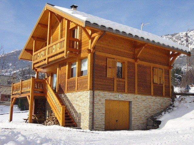 Chaleureux Chalet Traditionnel en Bois Briançon Serrechevalier 1200m, location de vacances à Briançon