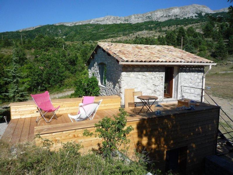 Petite maison en pierre en pleine montagne de Haute Provence, 2 couchages., holiday rental in Sigoyer
