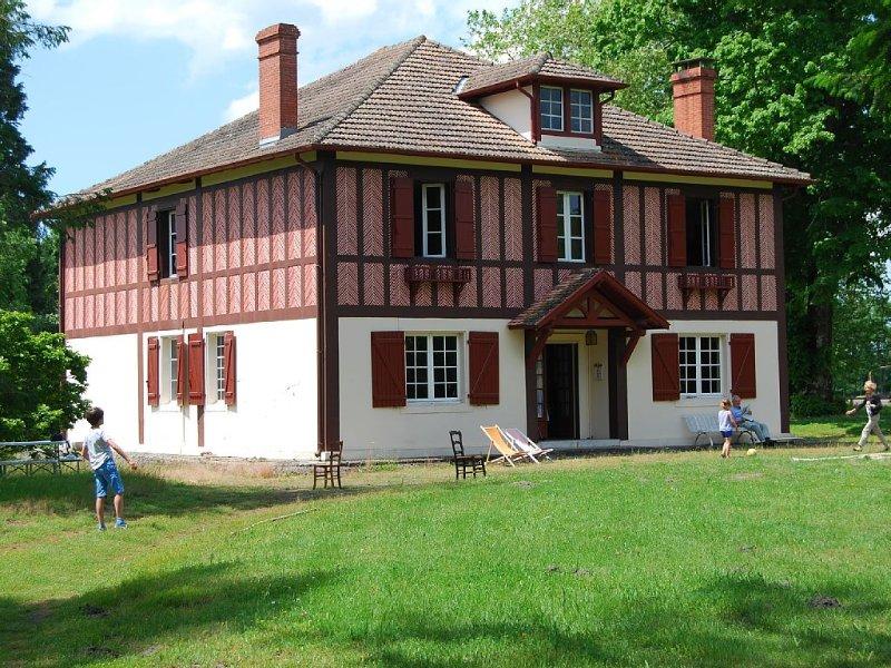 Belle maison de maître de style Anglo-Landais. Piscine hors sol 7x3m, holiday rental in Arjuzanx