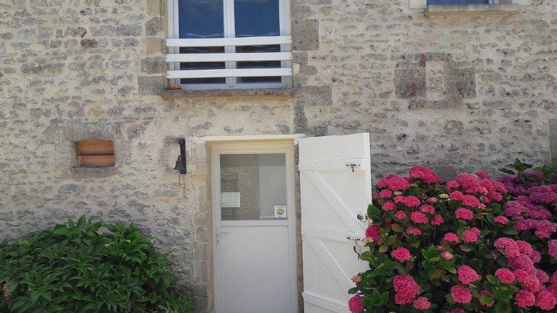 gite independant a l'etage cour ,jardin, aluguéis de temporada em Nonant