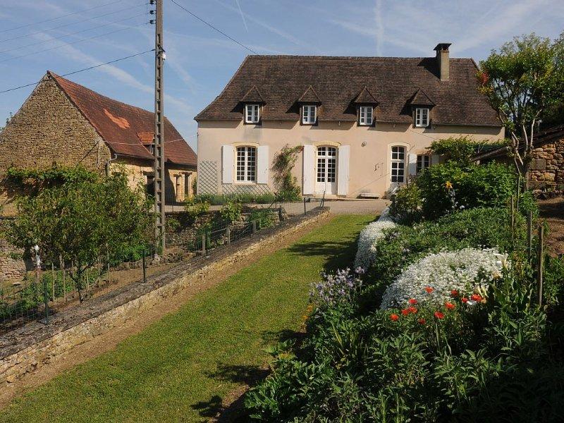 Maison familiale calme et campagnarde à 5 mn à pied du centre ville de Sarlat, vacation rental in Saint-Andre-d'Allas