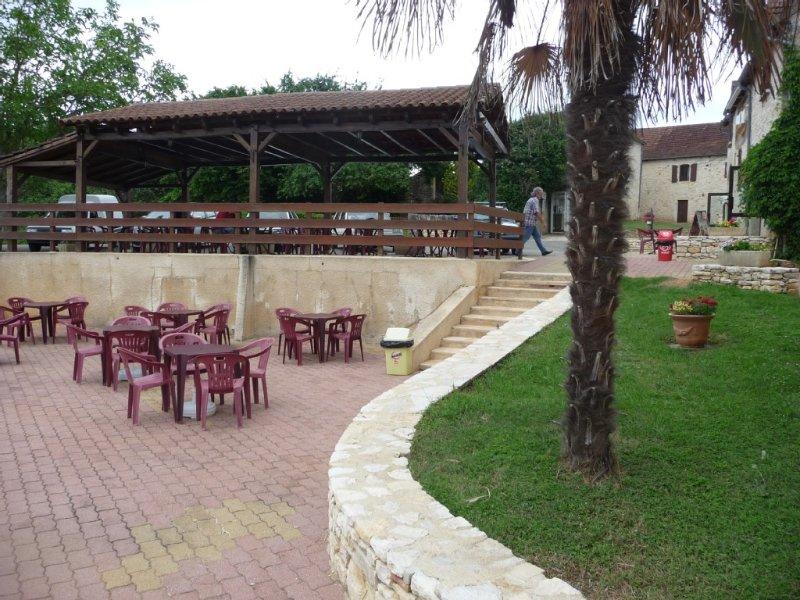 'Maison très typique LOT ( Périgord-Quercy) près piscine communale+commerce, location de vacances à Dégagnac