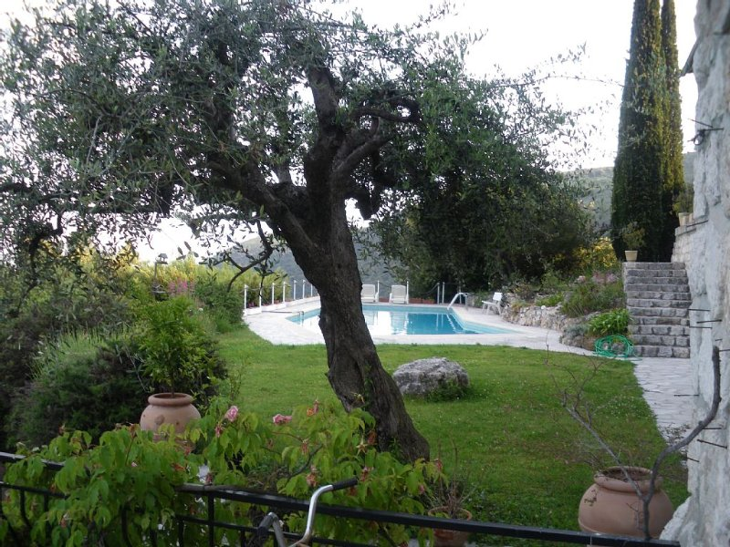 location appartement 2 pièces au dernier étage d'une villa, vacation rental in Colomars