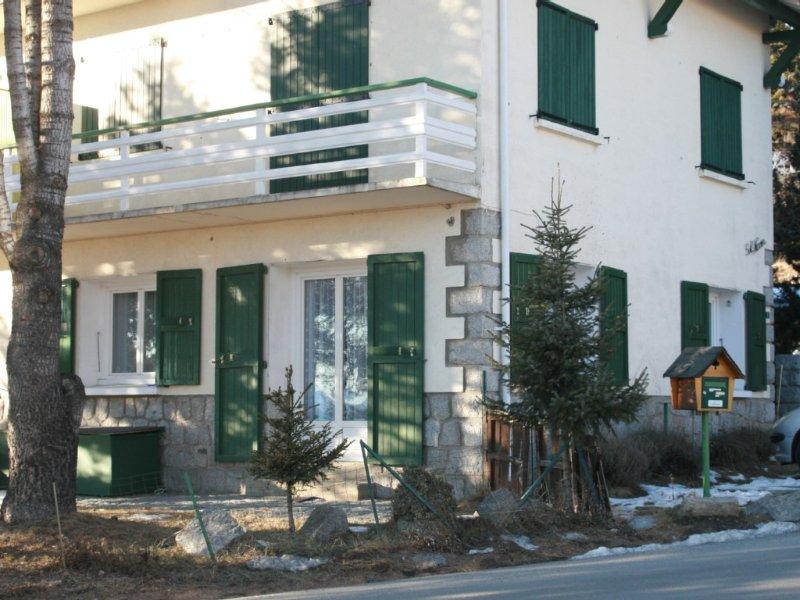 APPARTEMENT DANS UNE VILLA EN PIERRE A FONT ROMEU, location de vacances à Eyne