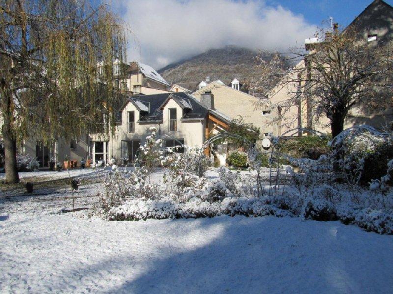 Chalet confortable avec jardin en plein centre ville à proximité du téléphérique, holiday rental in Bagneres-de-Luchon