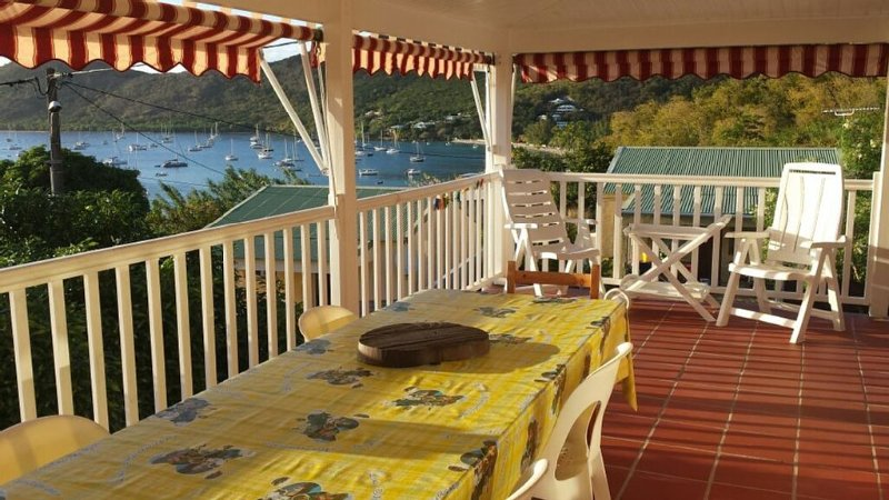 table a manger sur terrasse et vue