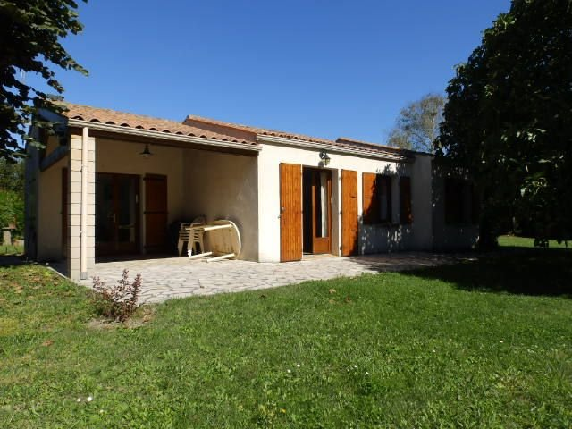 Maison proche plage avec terrasse couverte édifiée sur un terrain clos et arboré, holiday rental in Le Grand-Village-Plage