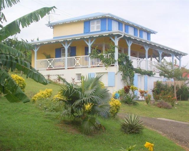 Studio rez de jardin tropical avec  vue sur les Ilets, holiday rental in Arrondissement of Le Marin