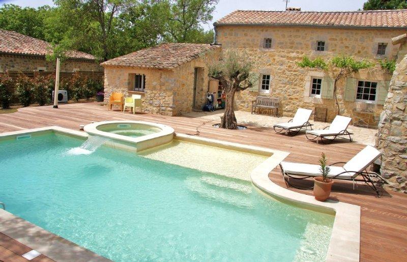 Uzes : Demeure de caractère avec piscine et spa chauffé 6 personnes, holiday rental in Mejannes-le-Clap
