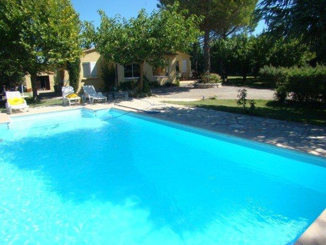 Villa de plein pied Piscine Jardin 2000m²  St Julien Provence, holiday rental in La Verdiere