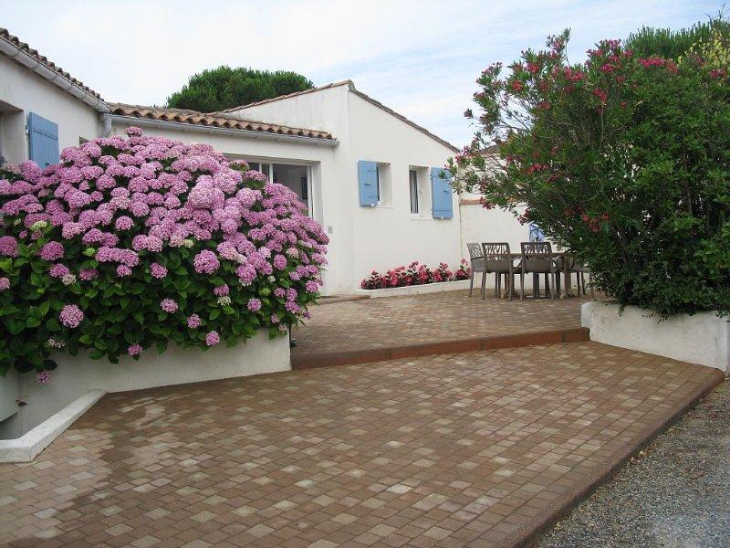 Villa tout confort situe en bord de mer excellente prestation.classée 3 étoiles, holiday rental in Ile de Re