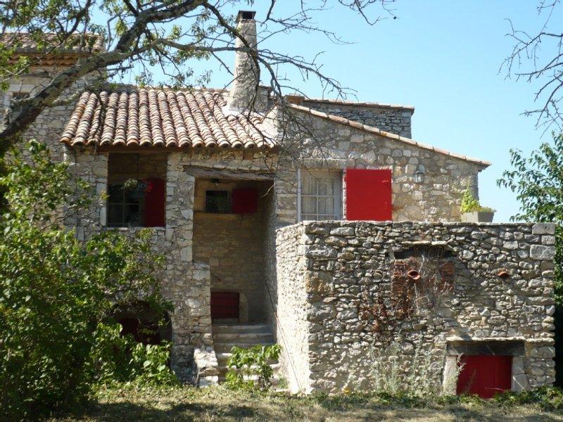 La Maison du Rempart à LUSSAN, médiévale, en pierres du pays, holiday rental in Mejannes-le-Clap