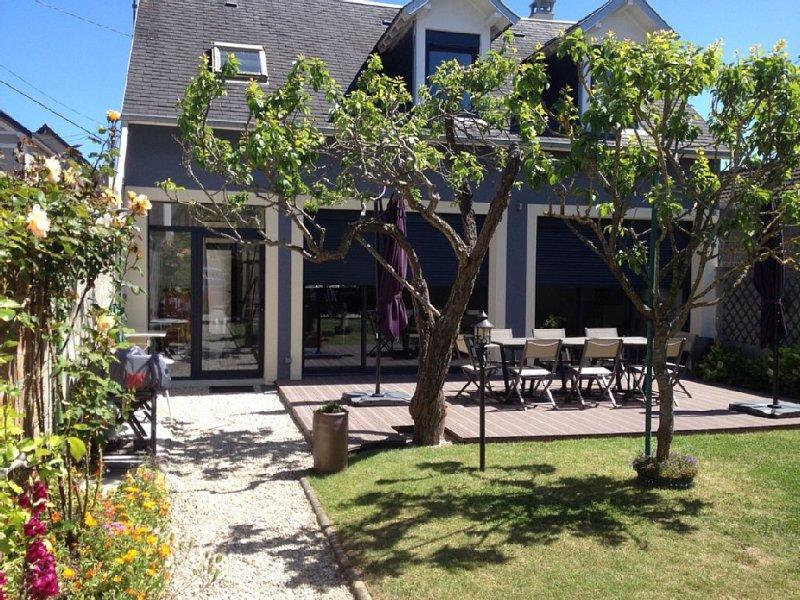 Maison familiale avec jardin à 100m de la plage - l'Epi Bleu, holiday rental in Lion-sur-mer