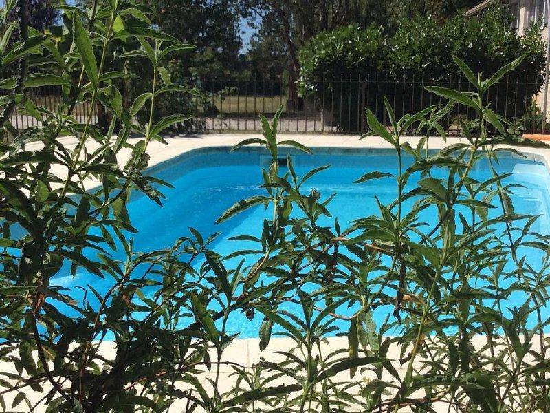 Location avec piscine entre plages océanes et vignobles prestigieux, holiday rental in Lesparre-Medoc