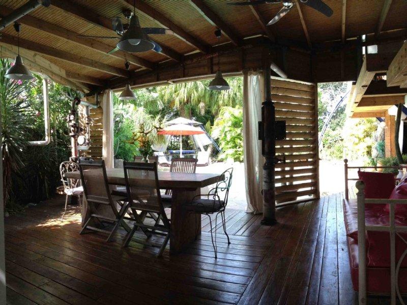 Villa de standing avec piscine, sur une ancienne plantation de cannes à sucre, aluguéis de temporada em Basse-Terre Island