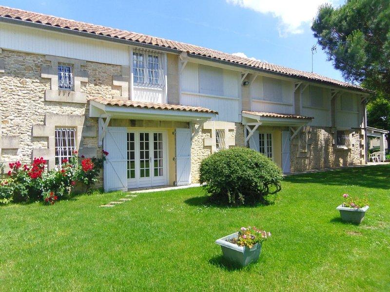 villa 4*meublé de tourisme 182m2/4-11 pers/piscine/parc/ Blayais près Bordeaux, holiday rental in Reignac