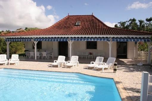 Belle Villa Créole F5 avec Piscine Jardin et vue Sur Le Rocher Du Diamant, location de vacances à Le Diamant