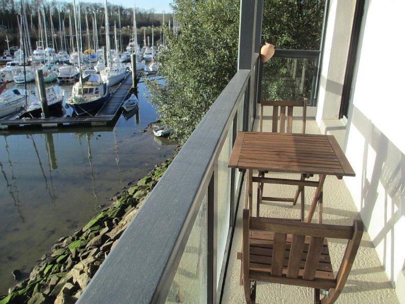 Appartement T3 au calme les pieds dans l'eau, entre Dinan, Dinard  et St Malo, holiday rental in La Vicomte-sur-Rance