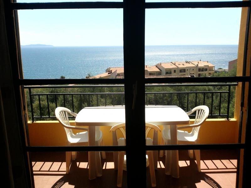 vue du salon intérieur vers la terrasse extérieure