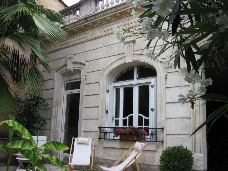 BORDEAUX: Maison 4**** charme  luxe 100m2 garage jardin  proche tram commerces, alquiler vacacional en Burdeos