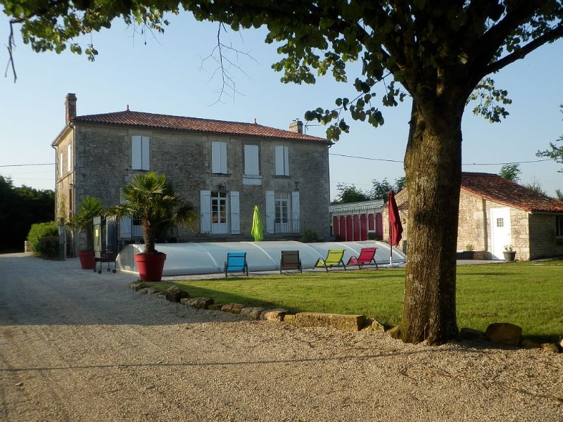 Gîte de charme de 12 personnes avec piscine, holiday rental in Chaille-les-Marais