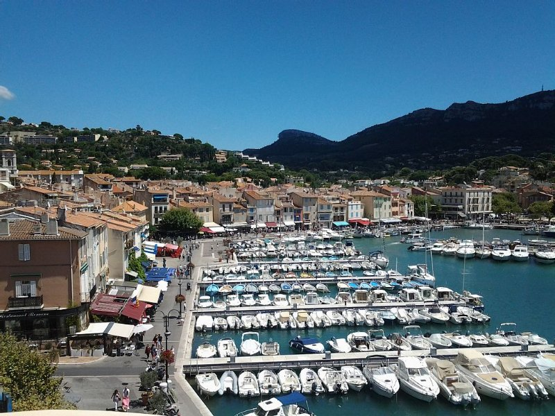 Beautiful and bright apartment with lovely view of Cassis Bay and feet in water, location de vacances à Cassis